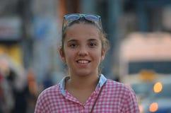 Portret jest ubranym szkockiej kraty koszula dziewczyna Zdjęcia Royalty Free