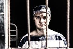 Portret jest ubranym więzienie jednolitą pozycję behind męski więzień Fotografia Royalty Free