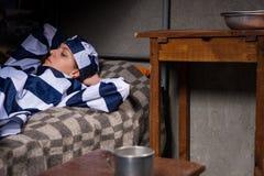 Portret jest ubranym więzienie mundur żeński więzień gubił w t Zdjęcia Stock