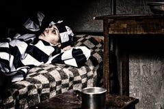 Portret jest ubranym więzienie mundur kobieta więzień gubił w th Zdjęcia Royalty Free