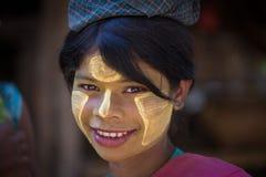 Portret jong meisje met thanaka op gezicht Mrauku, Myanmar stock fotografie