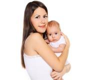 Portret jonge mooie moeder met haar zuigeling stock afbeeldingen