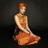 Portret jonge mooie vrouw met halsband royalty-vrije stock afbeeldingen