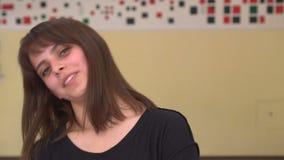 Portret jonge vrouw die de en camera bekijken die glimlachen knipogen stock videobeelden