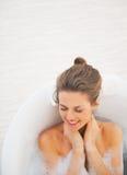 Portret kłaść w wannie szczęśliwa młoda kobieta Fotografia Stock