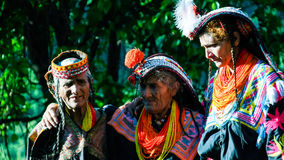 Portret Kalash plemienia kobieta w krajowym kostiumu przy Joshi fest Bumburet, Kunar, Pakistan zdjęcia stock