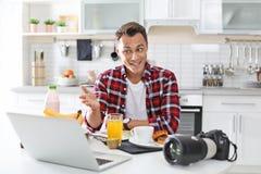 Portret karmowy blogger z laptopem i kamerą zdjęcie stock