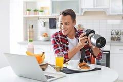 Portret karmowy blogger z laptopem i kamerą w kuchni obraz stock
