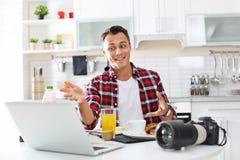 Portret karmowy blogger z laptopem i kamerą w kuchni zdjęcie royalty free