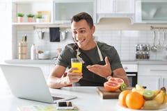Portret karmowy blogger z laptopem w kuchni zdjęcia stock