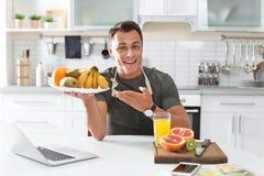 Portret karmowy blogger z laptopem w kuchni obraz royalty free