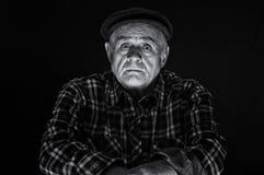 Portret Kaukaski starszy mężczyzna w nakrętce - depresja klucz obrazy stock
