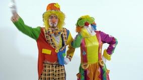 Portret kilka cyrkowi błazeny tanczy w śmiesznym sposobie zbiory