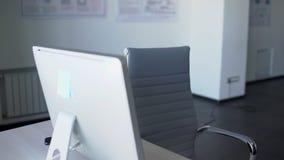 Portret kończy jej pracę na komputerze w biurze azjatykci bizneswoman 4K zbiory