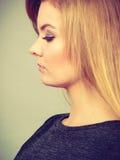 Portret kobieca blondynki młoda kobieta Obrazy Stock