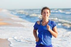 Portret kobieta bieg oceanu lub morza plażą Zdjęcia Royalty Free