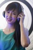 Portret kobieta DJ bawić się muzykę w klubie nocnym Obrazy Royalty Free