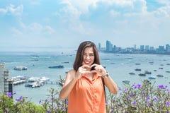 Portret kobieta i pejzażu miejskiego widok punkt Pattaya wyrzucać na brzeg obraz royalty free