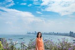 Portret kobieta i pejzażu miejskiego widok punkt Pattaya wyrzucać na brzeg fotografia royalty free