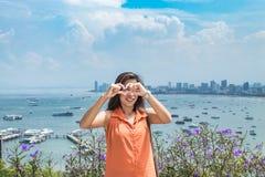 Portret kobieta i pejzażu miejskiego widok punkt Pattaya wyrzucać na brzeg fotografia stock