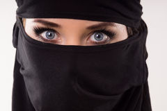 Portret kobieta jest ubranym maskę Fotografia Stock