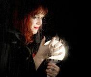 Portret kobieta model, pozuje za przejrzystym szkłem zakrywającym wodnymi kroplami kobiety mienia wielka rozjarzona piłka Zdjęcie Stock