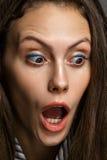 Portret kobieta odizolowywająca na szarym backgroun zdziwiony caucasian Zdjęcia Royalty Free