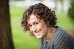Portret kobieta ono uśmiecha się przy kamerą Jest szczęśliwa przy parkiem obrazy stock