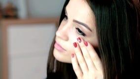 Portret kobieta patrzeje jej odbicie w lustrze z pięknym makijażem i elegancka fryzura ładna, zmysłowa, zbiory wideo