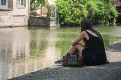 Portret kobieta plecy w rabatowej rzece z telefonem w Strasburg Obrazy Royalty Free