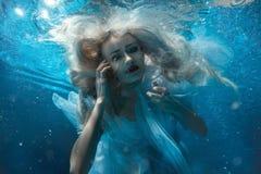 Portret kobieta pod wodą Zdjęcia Stock