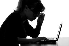 Portret kobieta pracuje na netbook różanych szkłach od zaskakiwania fotografia royalty free