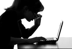 Portret kobieta pracuje na netbook różanych szkłach od zaskakiwania Zdjęcia Royalty Free