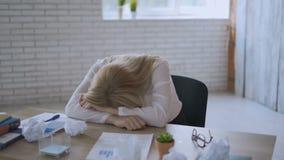 Portret kobieta przy pracą w biurze Kierownik ocenia sytuację przed robić decyzji biznes m?cz?cy zdjęcie wideo