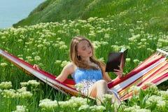 Portret kobieta target760_0_ w hamaku i czytaniu Fotografia Stock