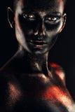 Portret kobieta w błyskotliwość i farbie fotografia royalty free