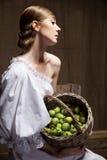 Portret kobieta w biel sukni. Fachowy makeup fotografia stock
