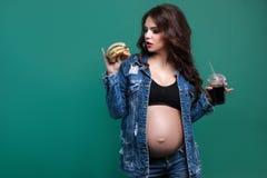 Portret kobieta w ciąży z fastem food Zdjęcie Stock