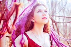 Portret kobieta w długiej czerwieni sukni Zdjęcia Royalty Free