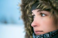 Portret kobieta w kapiszonie w zimie Obraz Stock
