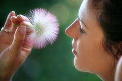Portret kobieta w profilu z kwiatem zdjęcie stock