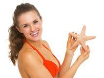 Portret kobieta w swimsuit mienia rozgwiazdzie Fotografia Stock