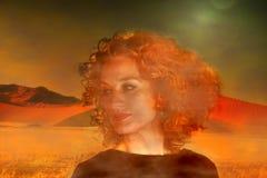 Portret kobieta w wczesny poranek mgle w pustyni fotografia stock