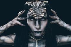 Portret kobieta w wizerunku extraterrestrial obcy z rogami obrazy stock