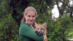 Portret kobieta w zielonej sukni z lisem w ona ręki zbiory wideo