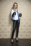 Portret kobieta z bokserską rękawiczką Zdjęcie Royalty Free