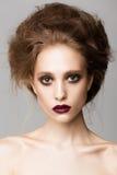 Portret kobieta z graci Burgundy wargami Zdjęcia Stock