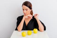 Portret kobieta z jabłkami w lagom stylu fotografia stock