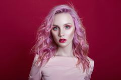 Portret kobieta z jaskrawym barwionym latającym włosy, wszystkie cienie różowe purpury Włosiana kolorystyka, piękne wargi i makeu obraz stock