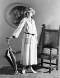 Portret kobieta z kapeluszową pozycją z parasolem (Wszystkie persons przedstawiający no są długiego utrzymania i żadny nieruchomo Zdjęcia Stock